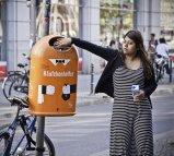 kobieta wrzuca papierek do śmietnika