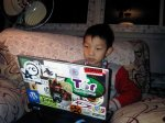 chłopiec gra na laptopie