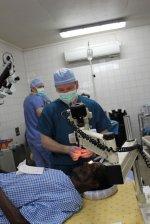 Lekarz na sali operacyjnej